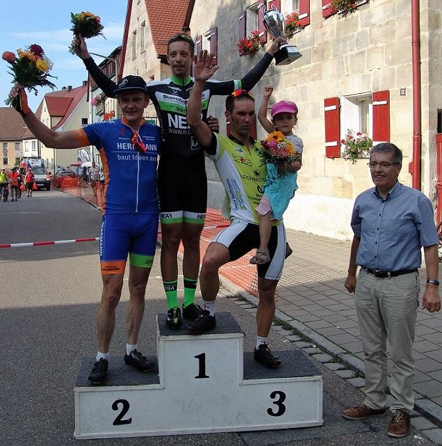 Die Siegerehrung des Hauptrennens der Männer nahm als erster Gratulant Altdorfs Erster Bürgermeister Erich Odörfer rechts im Bild vor